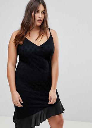 Кружевное платье в горошек с оборкой на асимметричном подоле missguided plus