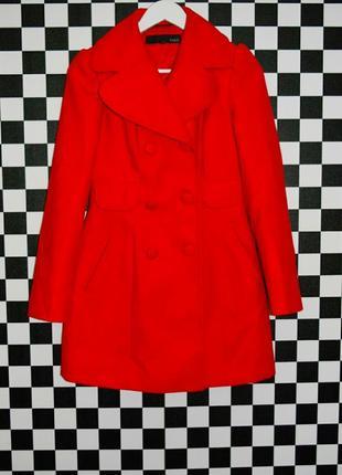 Яркое красное двубортое пальто осень