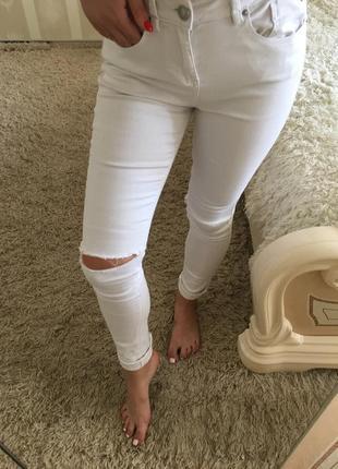 Белые скини джинсы с разрезами