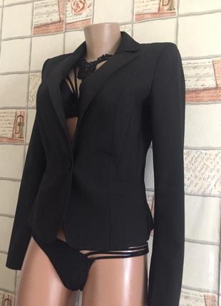 Короткий черный пиджак на одну пуговицу от мехх