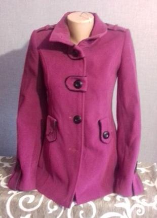 Пальто малинового цвета