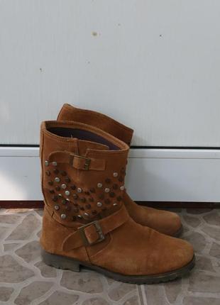 Классные замшевые ботинки с заклепками