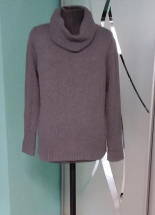 Серый свитер с закрытым горлом