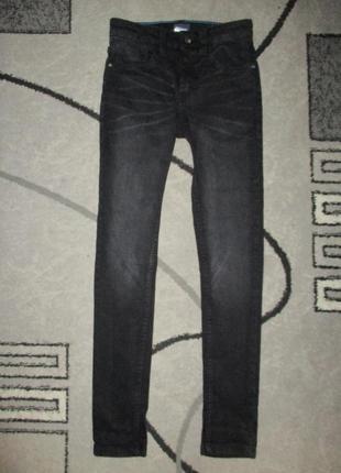 Узкие черные джинсики фирмы некст на 10 лет