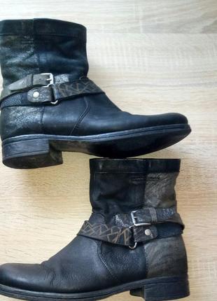 Полностью натуральные ботинки на низком каблуке