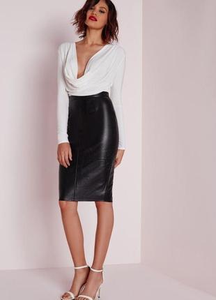 Стильная чёрная юбка-карандаш под кожу