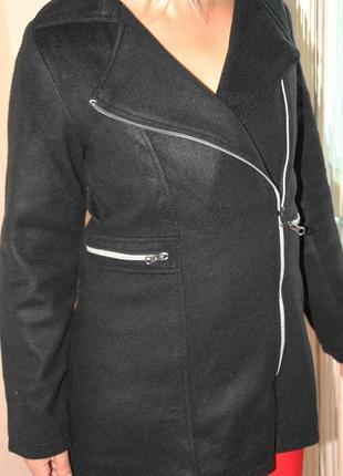 Черное короткое пальто на молнии