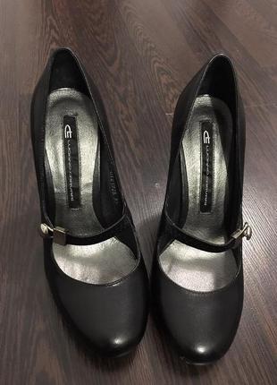 Стильные кожаный туфли на каблуке