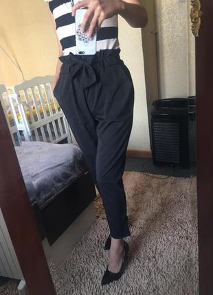 Чёрные брюки с высокой талией