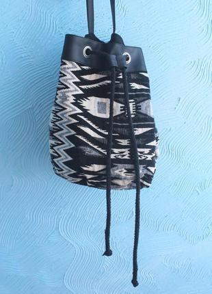 Черно-белая трендовая сумка