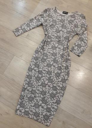Пудровое миди платье чулок футляр с кружевным узором