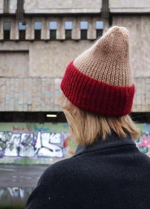 Шерстяная шапка бежевого цвета с бордовым отворотом