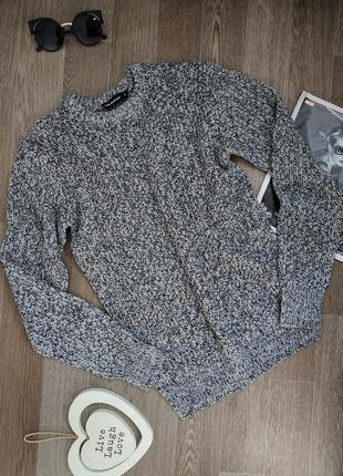 Красивый удлиненный темно-серый свитер оверсайз