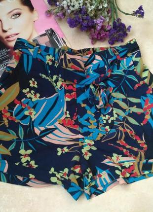 Стильные шорты в тропичнный принт