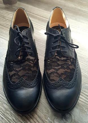 Кожанные ботинки с гипюром