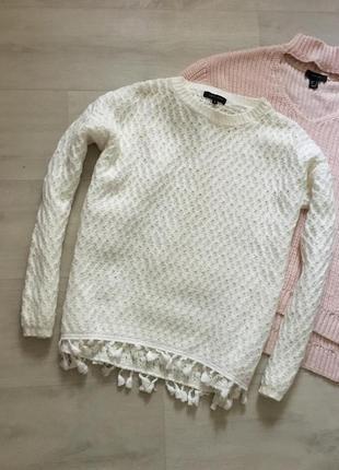 Стильный свободный вязаный свитер молочного цвета с бахрамой