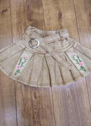 Джинсовая юбка песочного цвета с вышивкой.