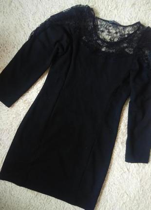 Короткое платье трикотажное с кружевом на плечах
