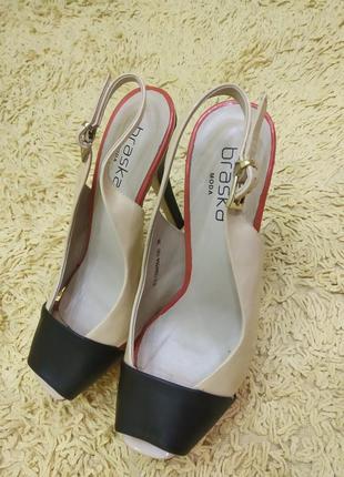 Крутые туфельки в сочетании бежевого, красного, черного цвета