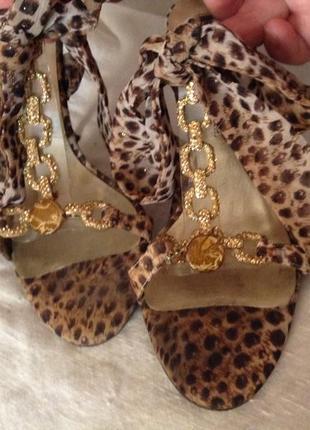 Леопардовые стильные босоножки на шпильке.
