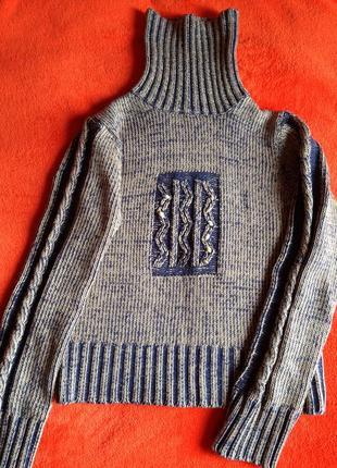 Укороченный тёплый свитер с горлом