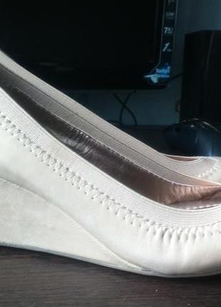 Женские брендовые туфли на танкетке bcbg кожаные