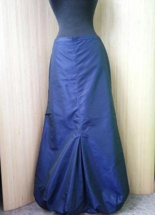 Синяя длинная атласная юбка макси присобраная по подолу