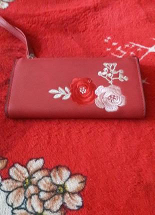 Жіночий гаманець з квітковою вишивкою.