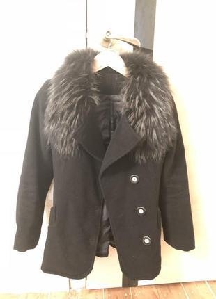 Осеннее черное пальто с натуральным мехом