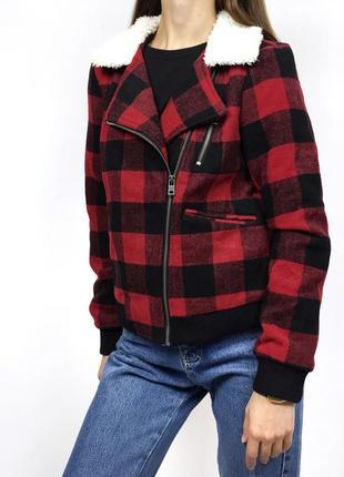 Куртка шерпа утеплённая в черно-красную клетку с меховым воротником