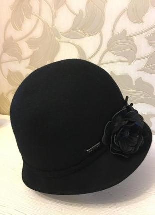 Оригинальная  шляпка с кожаными цветками betmar   (сша)