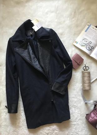 Темно-синее шерстяное пальто с вставками из натуральной кожи