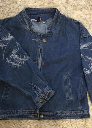 Стильная джинсовая куртка с вышивкой.