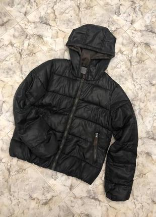 Чёрная куртка пуховик с капюшоном