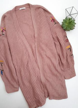 Вязаная пудровая накидка тренч с вышивкой на рукавах