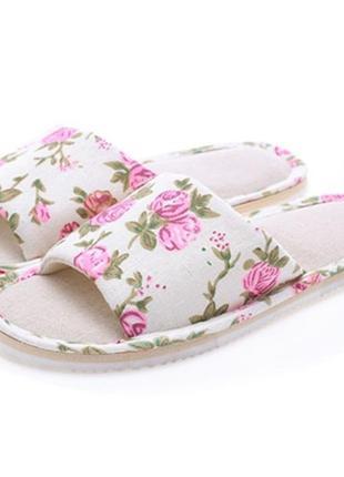 Домашние тапочки-шлепки с цветочным узором розовые
