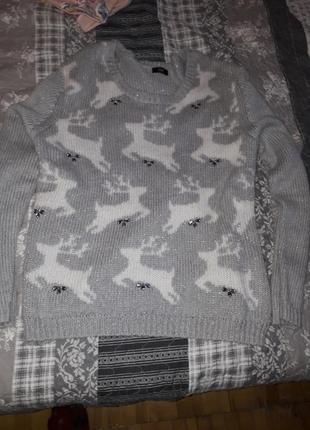 Невероятный свитер с оленями и камнями светло серого цвета
