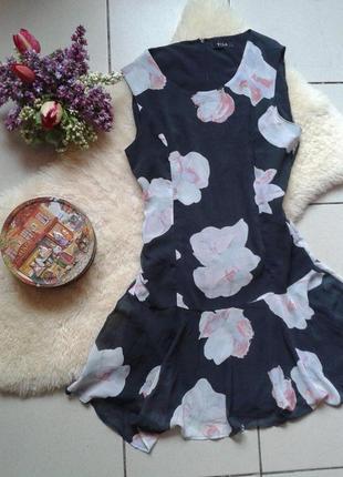 Яркое красивое платье в цветах