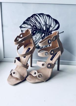 Трендовые туфли/босоножки на высоком каблуке бежевые велюр