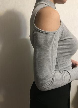 Кофта із вирізами на плечах