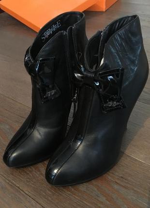 Кожаные полусапожки на высоком каблуке
