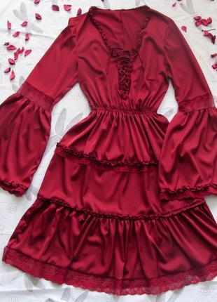 Роскошное шелковое платье в винном цвете с оборками, кружевом и шнуровкой