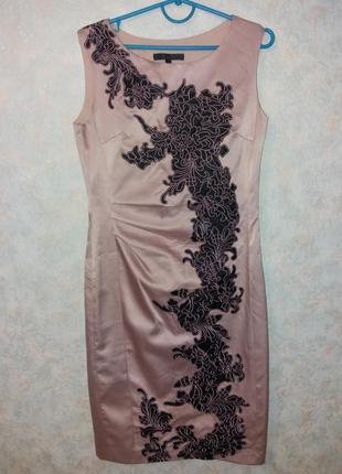 Платье пудрового цвета.