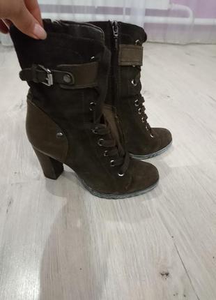 Замшевые ботинки на каблуке со шнуровкой