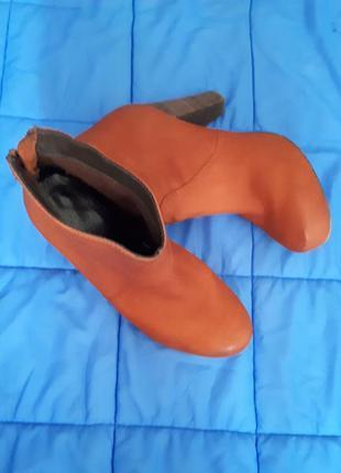 Рыжие актуальные ботинки на каблуке из натуральной кожи
