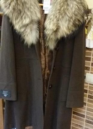 Кашемирое пальто с меховым воротником из енота