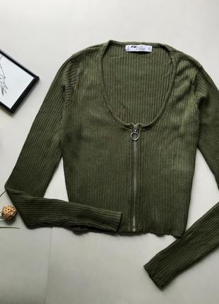 Стильный короткий гольф хаки в рубчик с молнией / зелёный свитер с замком / кофточка хаки