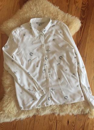 Стильная рубашка с интересным принтом clockhouse
