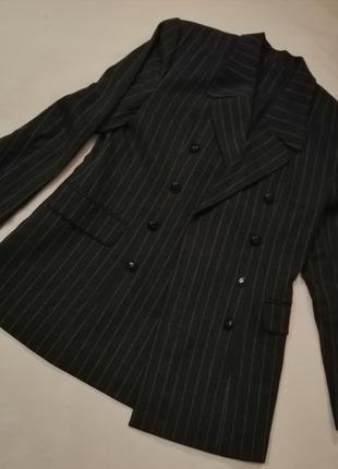 Стильный шерстяной пиджак с кожаными пуговицами