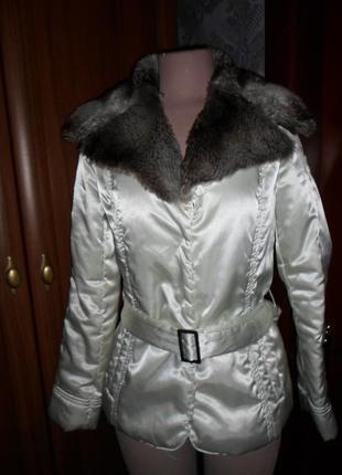 Белая куртка с меховым воротничком